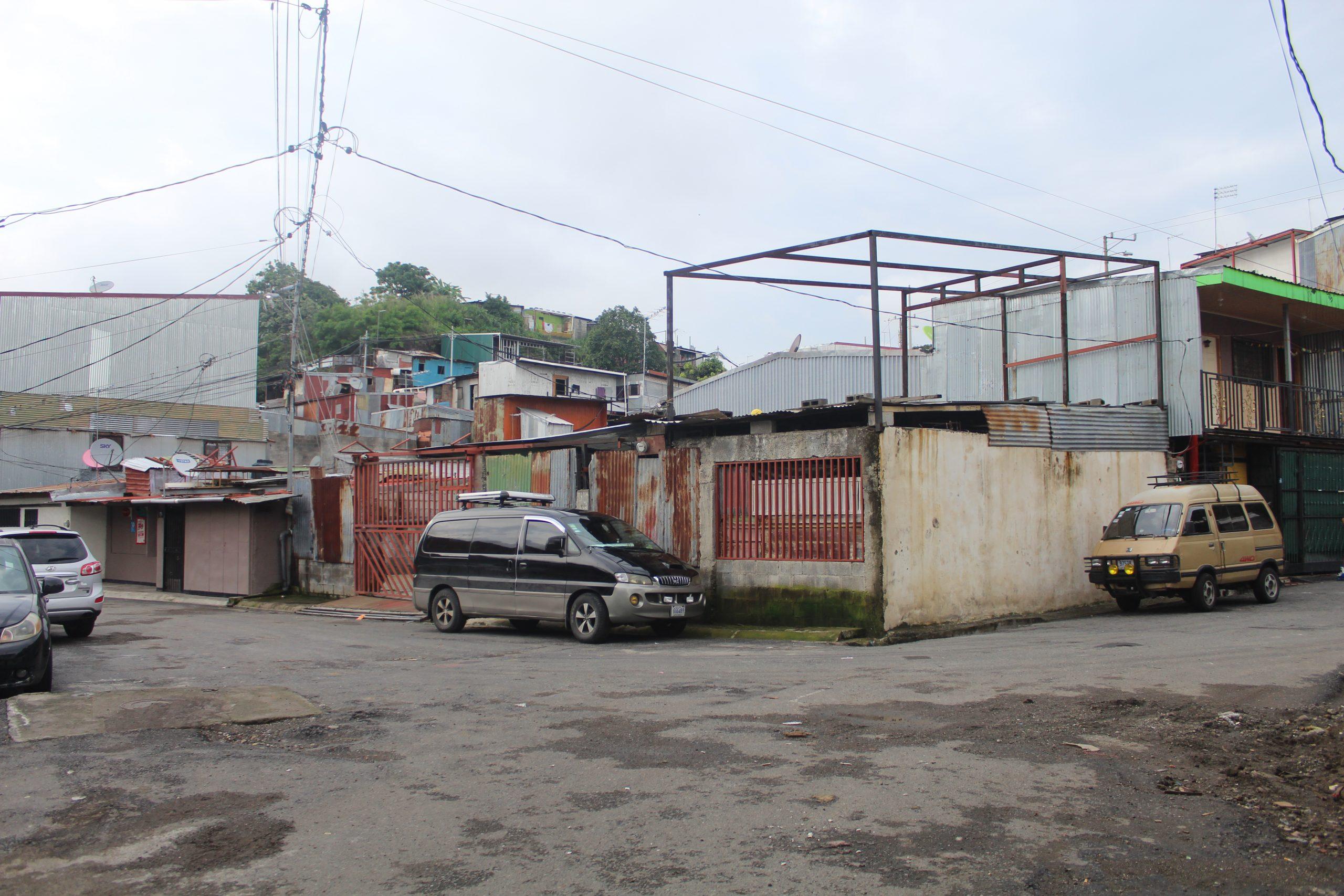 Las casas en frente del edificio de SIFAIS en La Carpio, San José, Costa Rica. | Elizabeth Marie Lang Oreamuno | DelfinoCR |