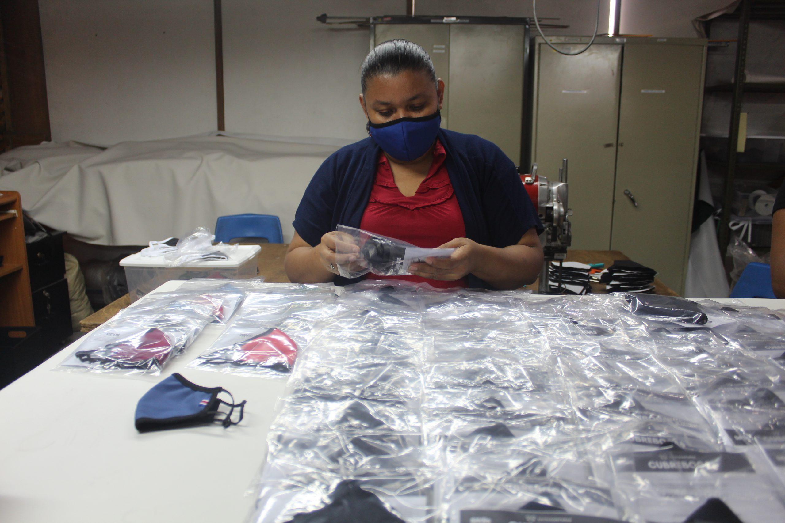 Miriam Méndez es una de las mujeres nicaragüenses que forma parte de Entre Costuras en SIFAIS en La Carpio, San José, Costa Rica.   Elizabeth Marie Lang Oreamuno   DelfinoCR  