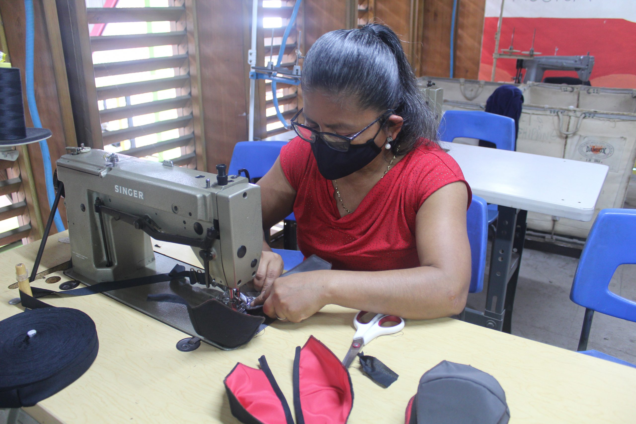 María Sánchez es una de las mujeres costarricenses que forma parte de Entre Costuras en SIFAIS en La Carpio, San José, Costa Rica.   Elizabeth Marie Lang Oreamuno   DelfinoCR  