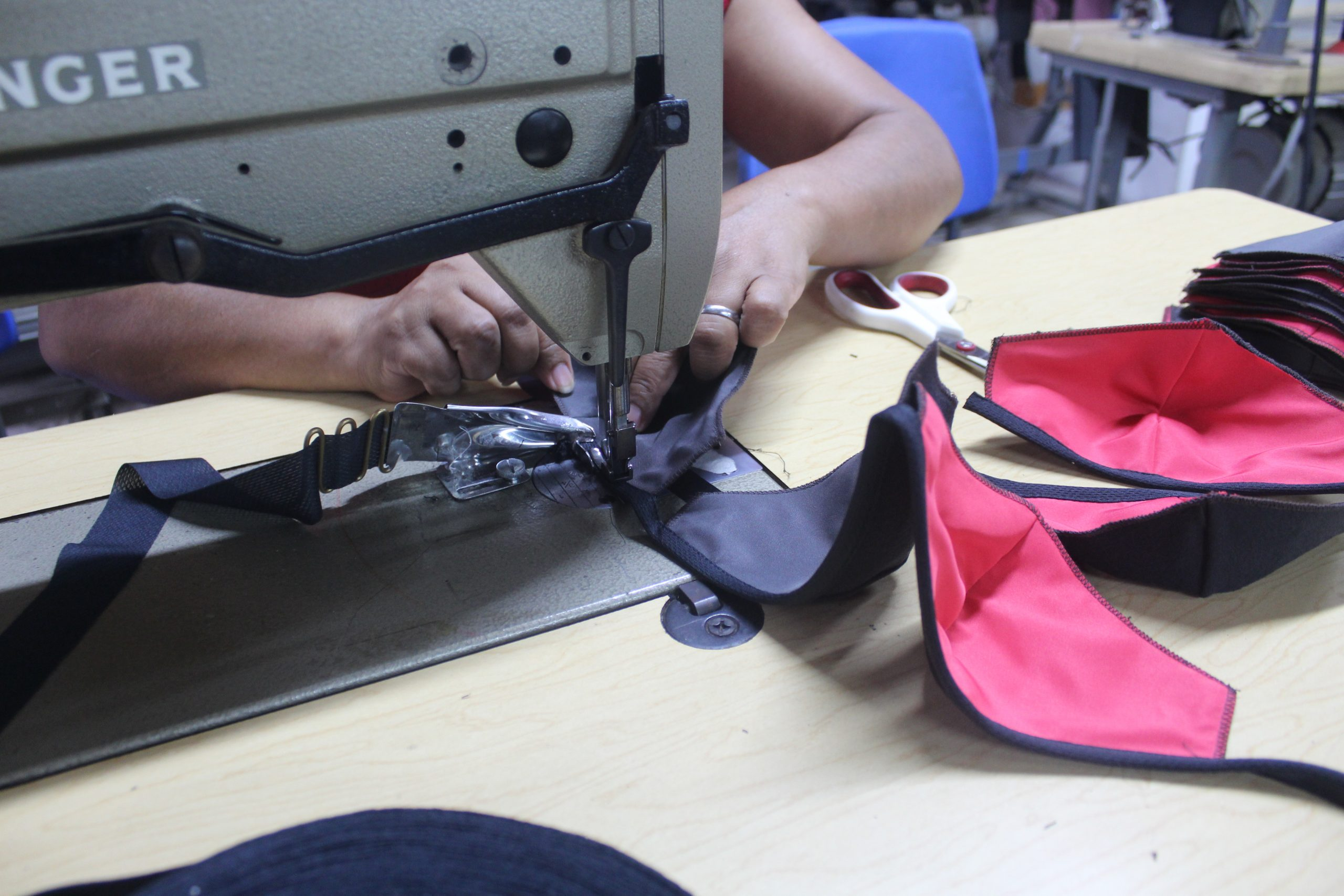 La elaboración de mascarillas de tela para la protección facial durante la pandemia realizadas en el taller de Entre Costuras en SIFAIS en La Carpio, San José, Costa Rica.   Elizabeth Marie Lang Oreamuno   DelfinoCR  