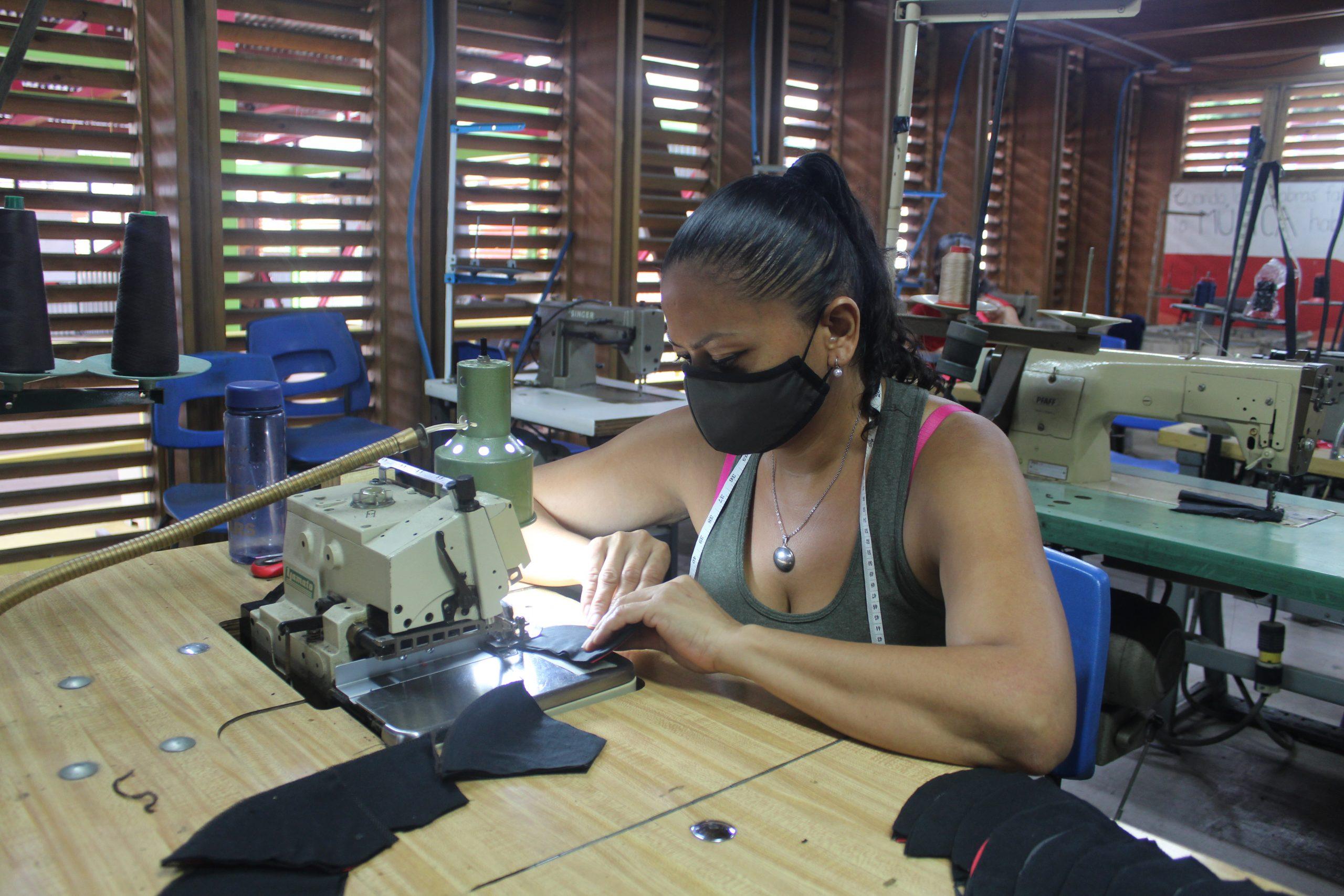 Mirena Martínez es una de las mujeres nicaragüenses que forma parte de Entre Costuras en SIFAIS en La Carpio, San José, Costa Rica.   Elizabeth Marie Lang Oreamuno   DelfinoCR  