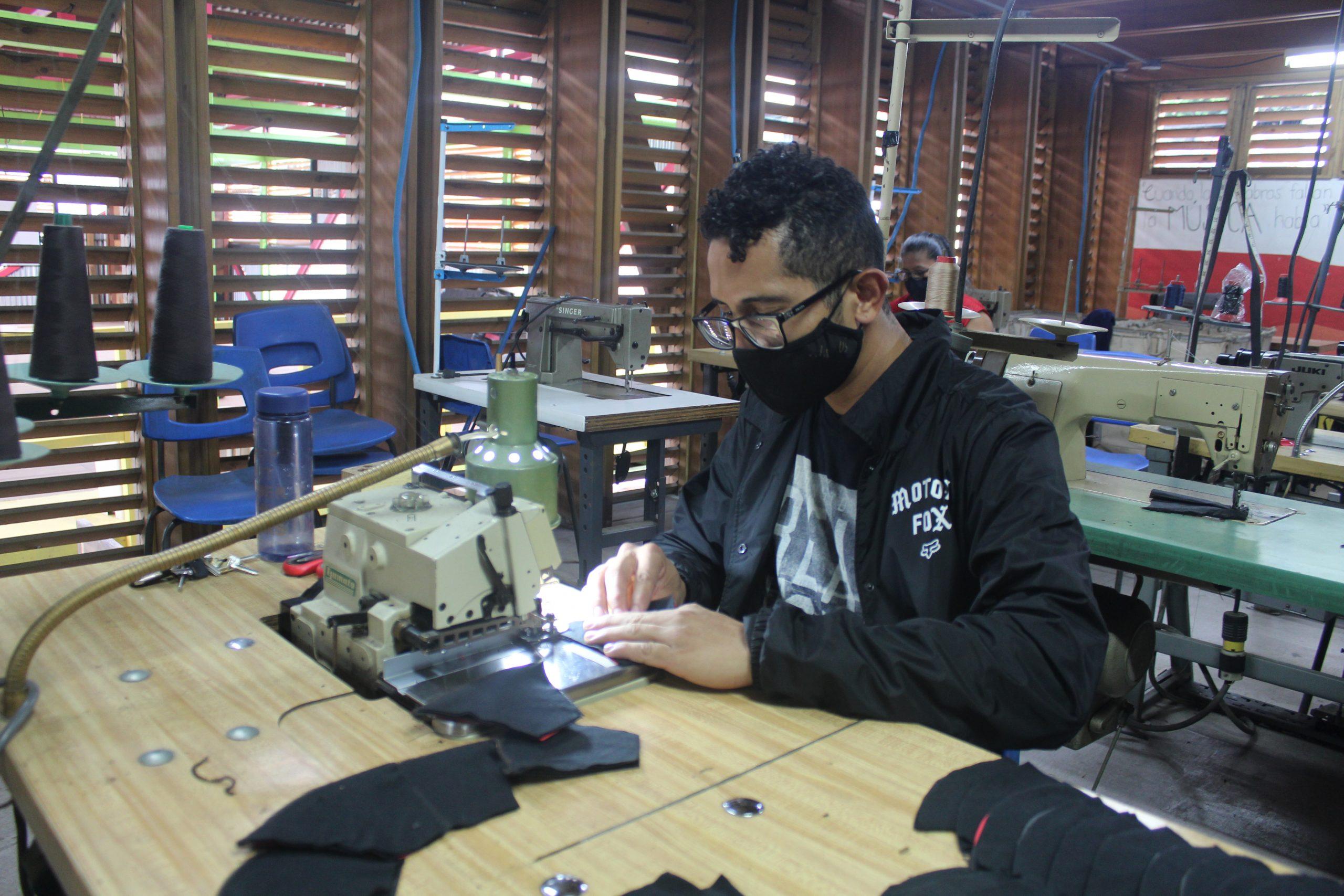 Yader Avilés es uno de los hombres nicaragüenses que forma parte de Entre Costuras en SIFAIS en La Carpio, San José, Costa Rica.   Elizabeth Marie Lang Oreamuno   DelfinoCR  