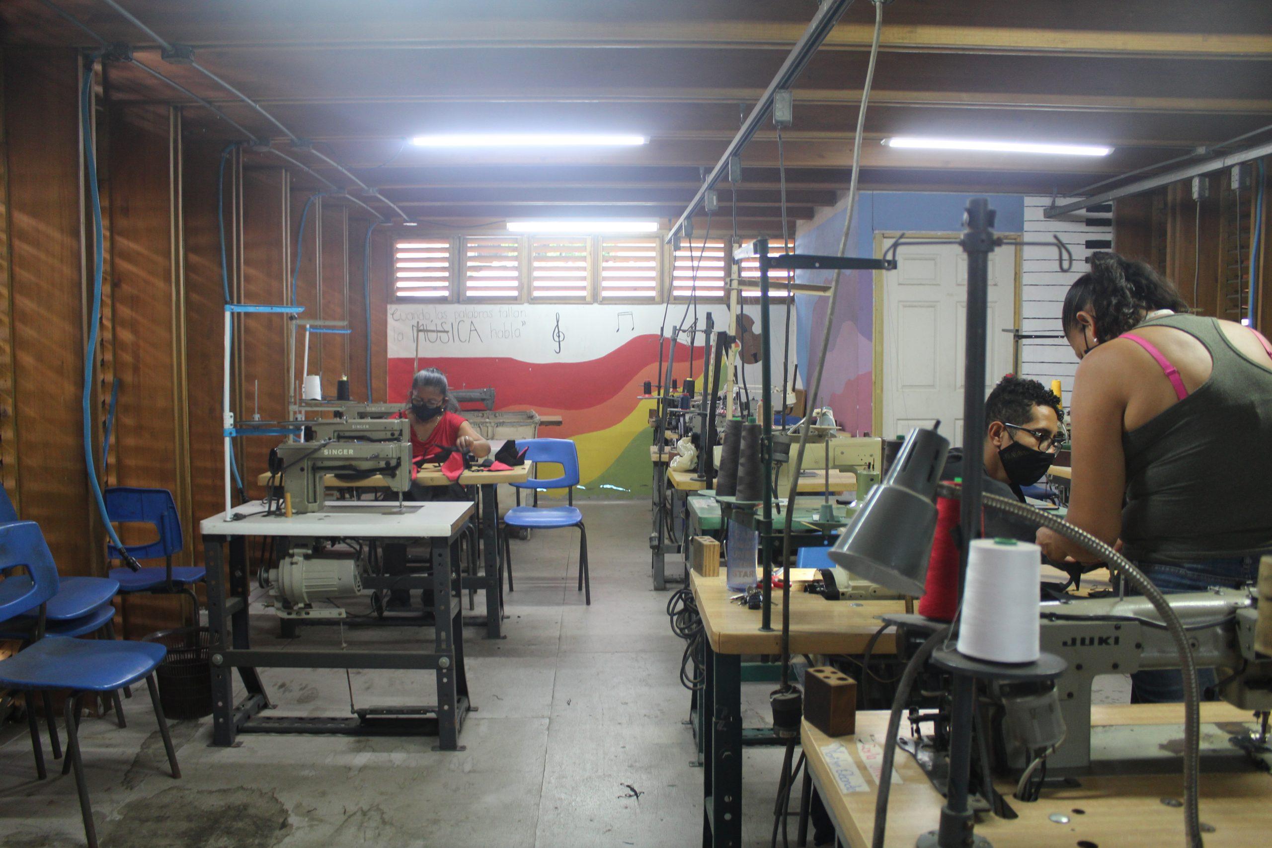 El taller de Entre Costuras en SIFAIS en La Carpio, San José, Costa Rica.   Elizabeth Marie Lang Oreamuno   DelfinoCR  