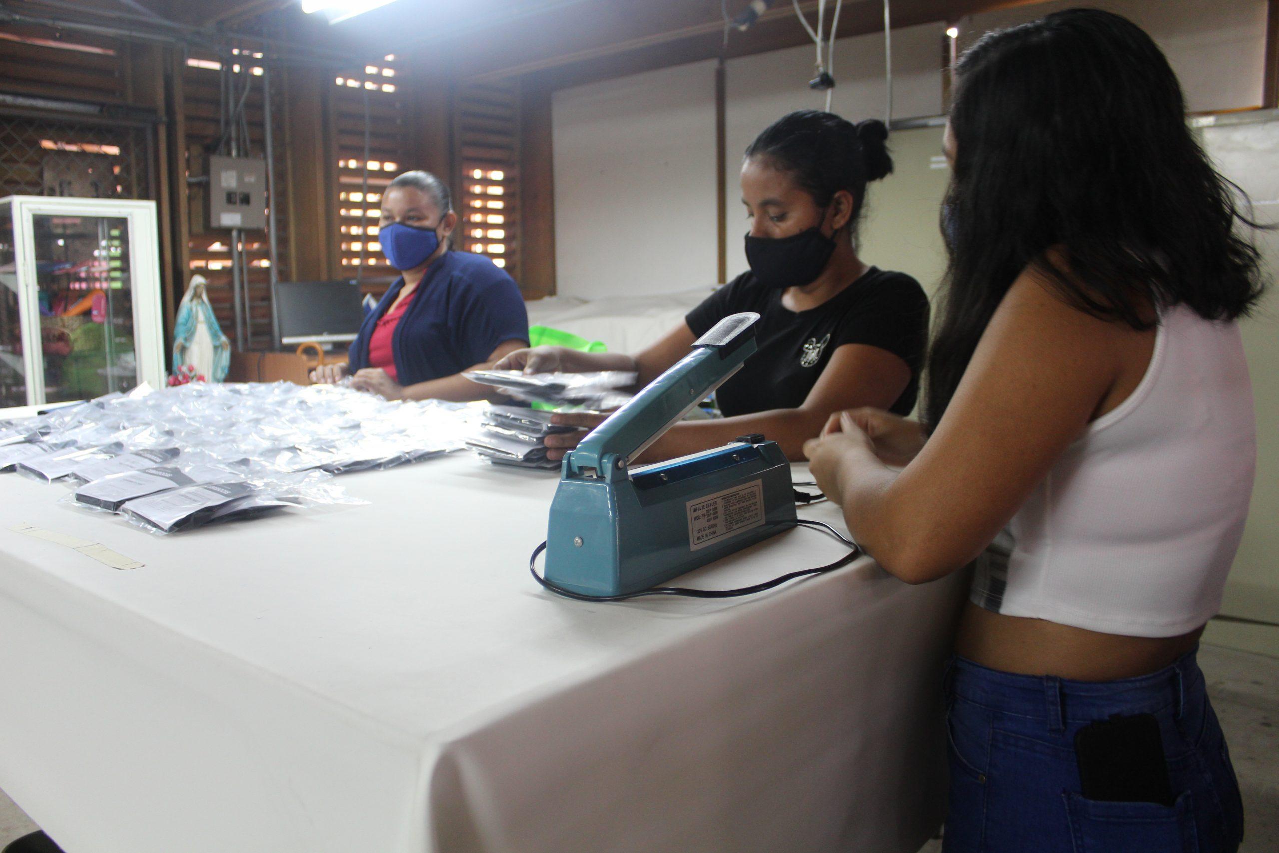 Miriam Méndez, Yaritza Rugama y Raquel Pérez son unas de las mujeres nicaragüenses que forman parte de Entre Costuras en SIFAIS en La Carpio, San José, Costa Rica.   Elizabeth Marie Lang Oreamuno   DelfinoCR  