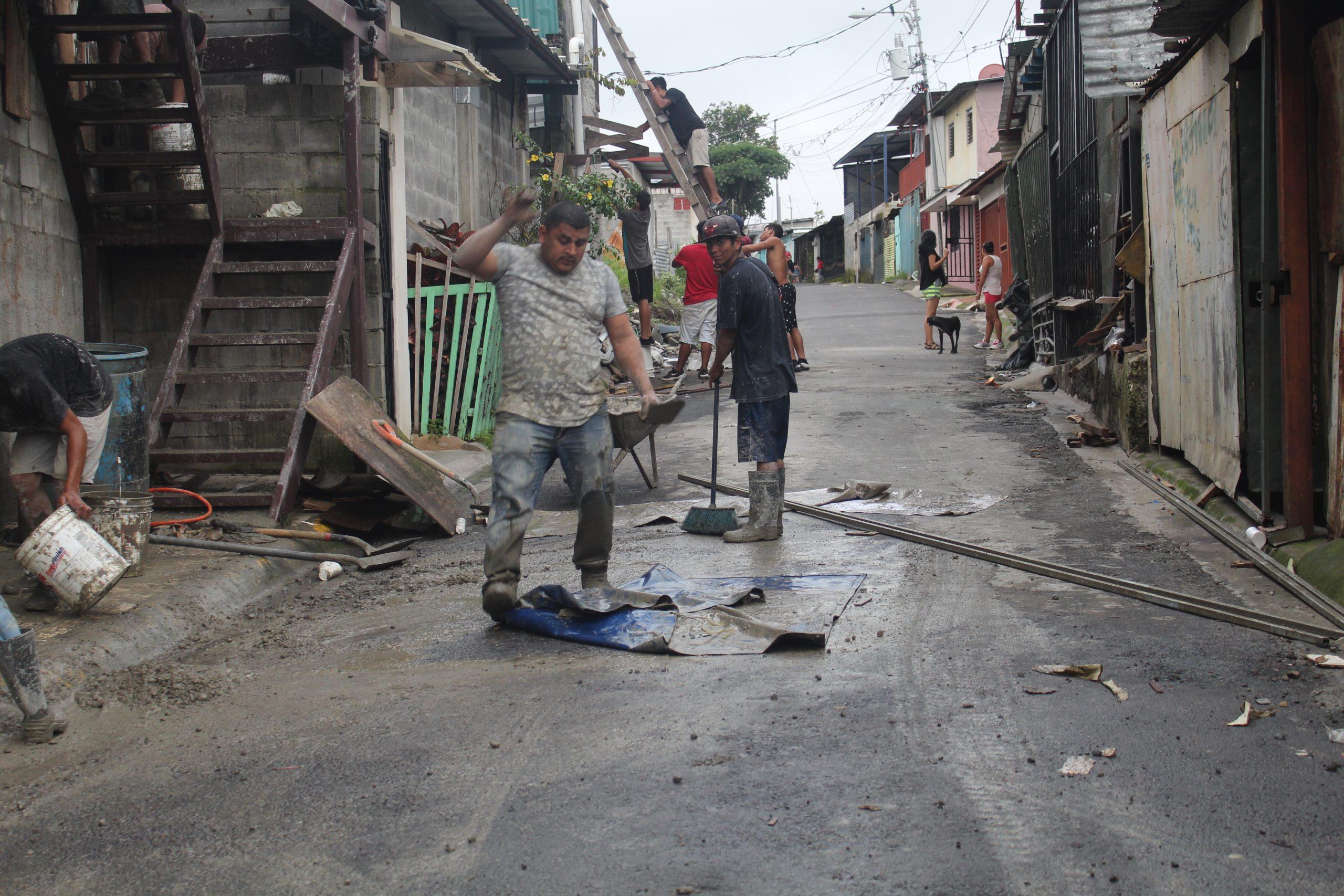 Ciudadanos de La Carpio haciendo trabajos en las calles de la comunidad. | Elizabeth Marie Lang Oreamuno | DelfinoCR |