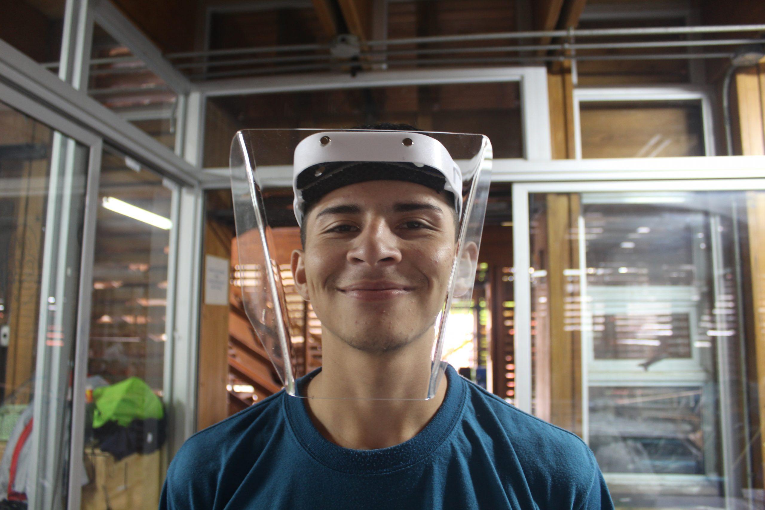 Arnold Torres es uno de los estudiantes nicaragüenses que trabaja en el Fab Lab de SIFAIS en La Carpio, San José, Costa Rica.   Elizabeth Marie Lang Oreamuno   DelfinoCR  