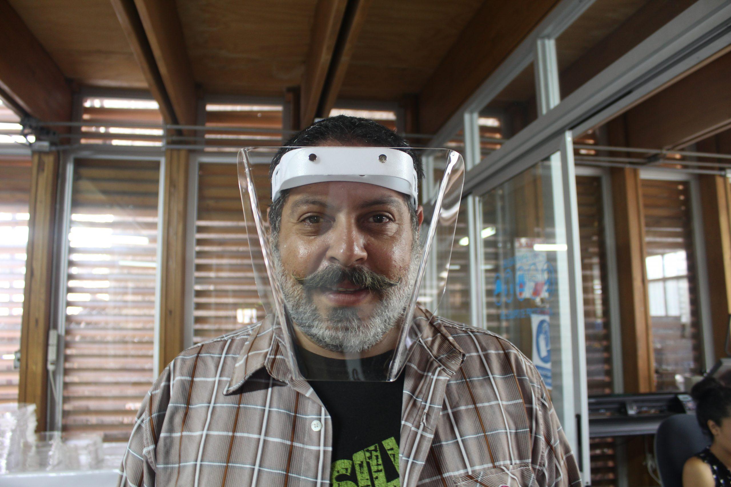 Erick Arce es el profesor y quien maneja el Fab Lab de SIFAIS en La Carpio, San José, Costa Rica.   Elizabeth Marie Lang Oreamuno   DelfinoCR  