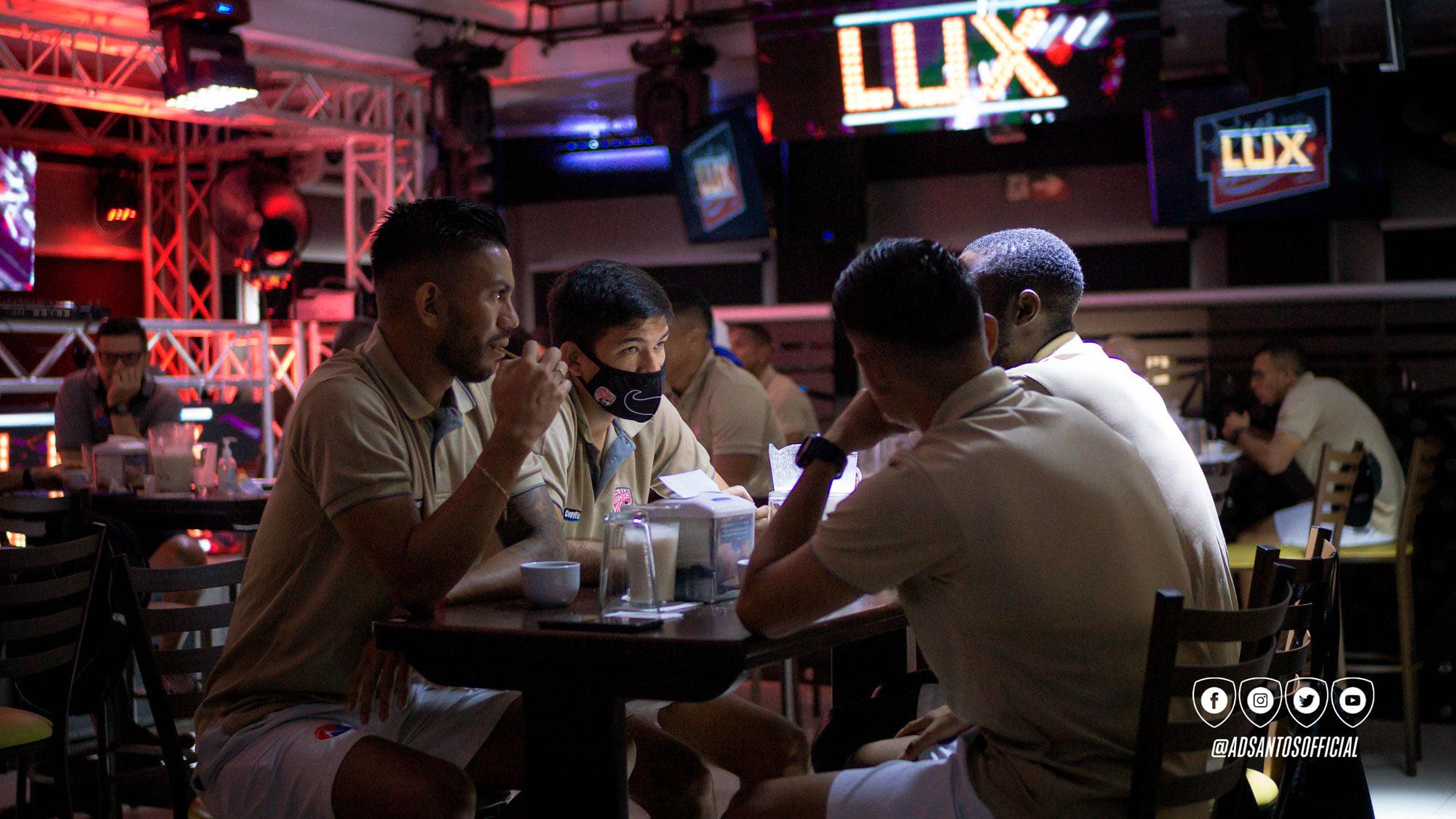 Jugadores de AD Santos en discoteca LUX